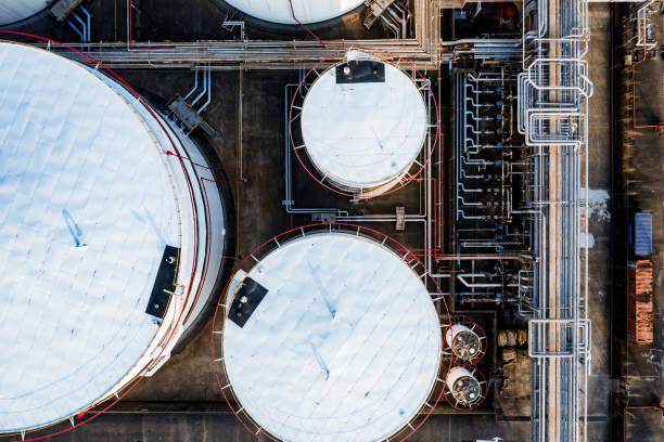 olie opslagtank in de haven in tsing yi, hong kong - brandstoftank stockfoto's en -beelden