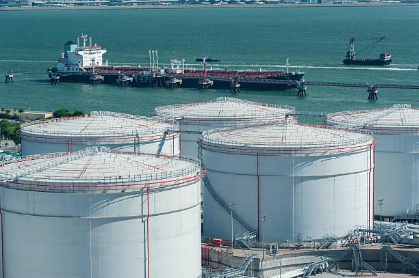 oil storage tanks - brandstoftank stockfoto's en -beelden