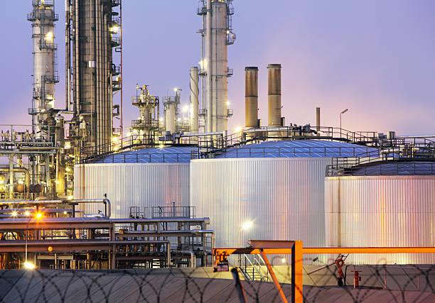 oil tank at night - brandstoftank stockfoto's en -beelden