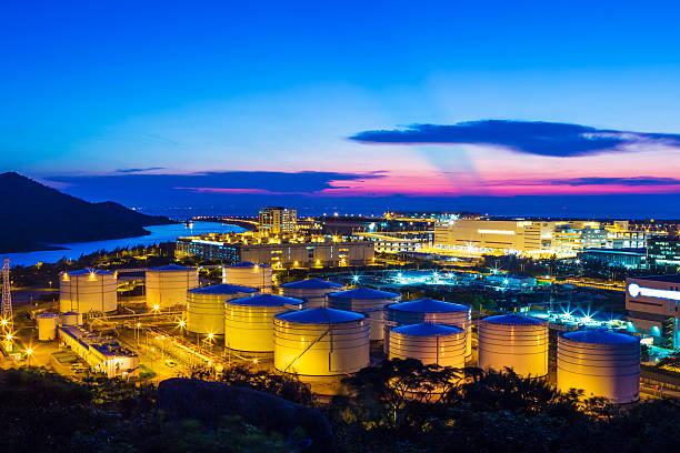 oil tank in the twilight - brandstoftank stockfoto's en -beelden