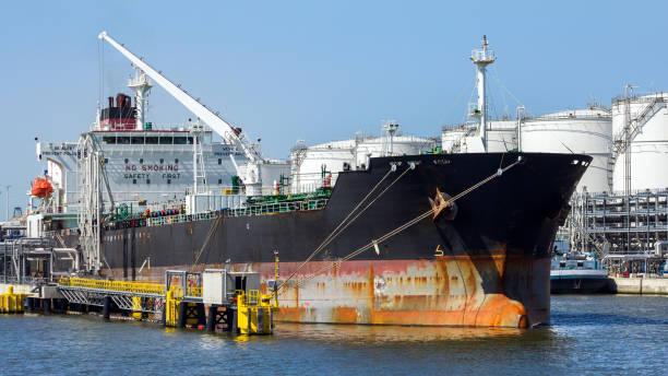 olietanker scheepvaart poort - aangemeerd stockfoto's en -beelden