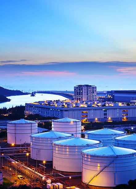 oil tanks at night - brandstoftank stockfoto's en -beelden