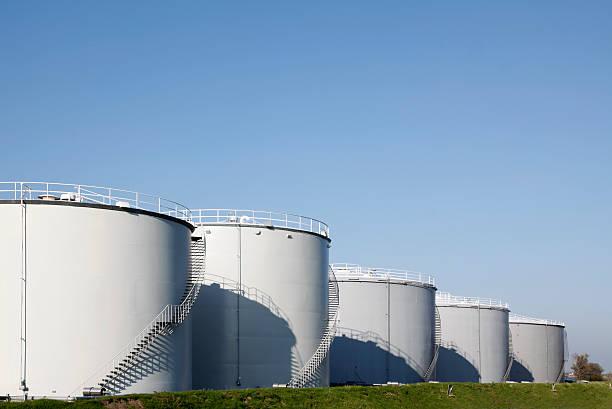oil tanks - brandstoftank stockfoto's en -beelden