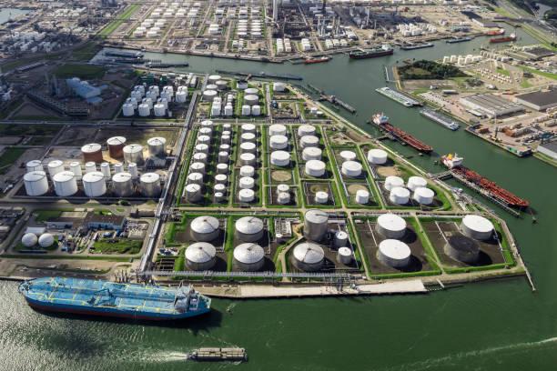 luchtfoto van de terminal tanker oliehaven - brandstoftank stockfoto's en -beelden