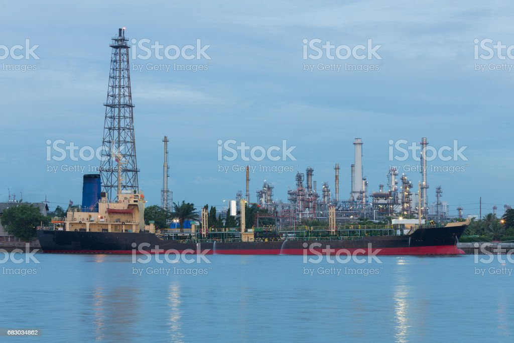 Oil transportation boat with refinery plant foto de stock royalty-free