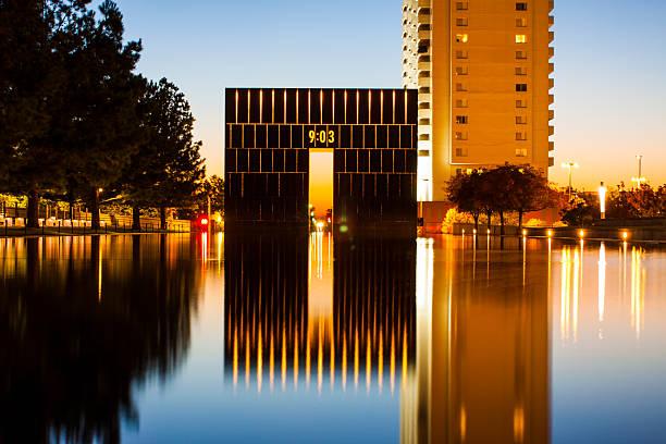 oklahoma city national memorial - west gate - nationaal monument beroemde plaats stockfoto's en -beelden