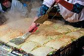 初詣で表参道で調理するお好み焼き