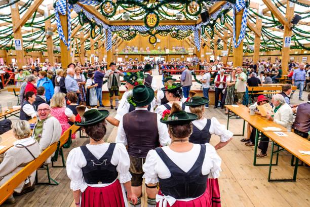 oktoberfest 2017 - münchen - bayern - vintage dirndl stock-fotos und bilder
