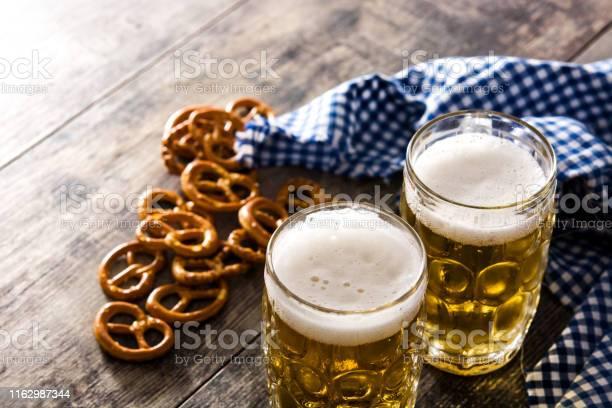 Oktoberfestbier Mit Brezeln Stockfoto und mehr Bilder von Alkoholisches Getränk