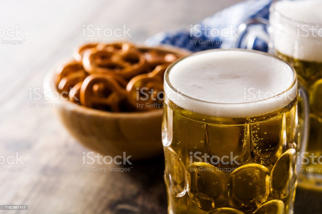 Oktoberfestbier mit Brezeln - Lizenzfrei Alkoholisches Getränk Stock-Foto