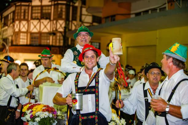 oktoberfest, blumenau - brasilien - offizielle parade - bier kostüm stock-fotos und bilder