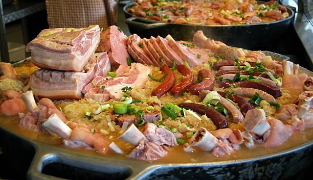 casserole de viande pour l'oktoberfest - choucroute photos et images de collection