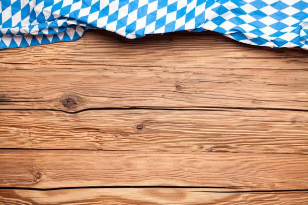 oktoberfest tischtuch auf einem alten rustikalen hölzernen hintergrund - top restaurants münchen stock-fotos und bilder