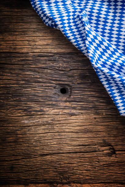 oktoberfest. blau karierte tischdecke oder serviette, die typisch für das oktoberfest am deutschen oktoberfest. freiraum für ihr text produkt oder informationen - bayerische brotzeit stock-fotos und bilder