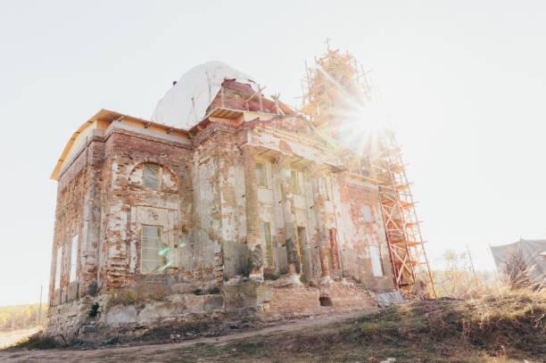 Vieja iglesia abandonada para la restauración - foto de stock