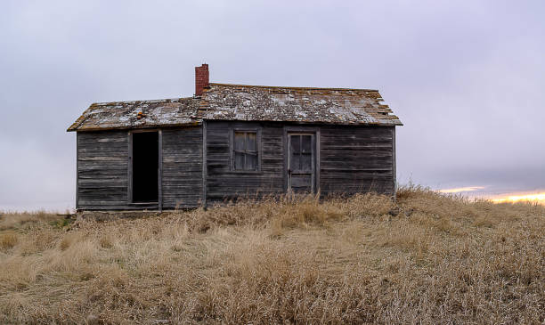 old abandoned farm house on the prairie - great plains stock photos and pictures
