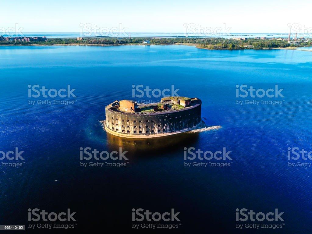 old abandoned Fort in the middle of the Gulf of Finland blue sky - Zbiór zdjęć royalty-free (Bez ludzi)