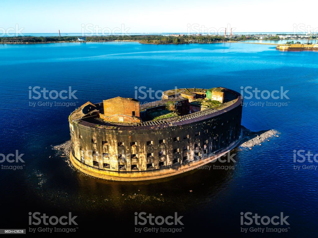 old abandoned Fort in the middle of the Gulf of Finland blue sky - Zbiór zdjęć royalty-free (Bez ludzi)