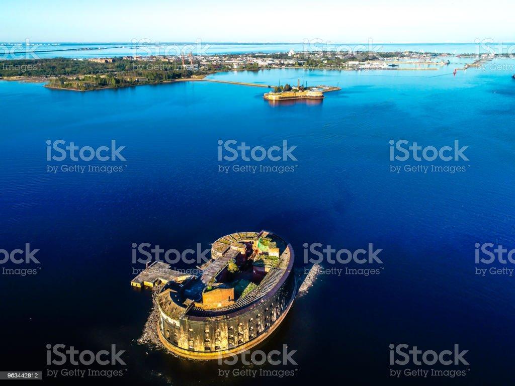 Fort Finlandiya Körfezi mavi gökyüzünün ortasında terk edilmiş - Royalty-free Ada Stok görsel