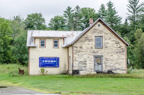 舊的廢棄的房子, 在新罕布什爾州的某個地方的王牌選舉標誌 - trump 個照片及圖片檔
