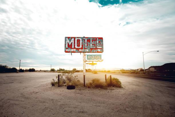 stary opuszczony motel znak w arizonie - motel zdjęcia i obrazy z banku zdjęć