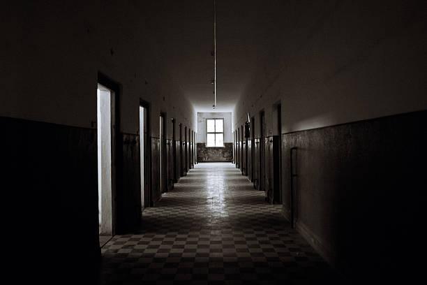 alten verlassenen prision corridor - abwesenheit stock-fotos und bilder