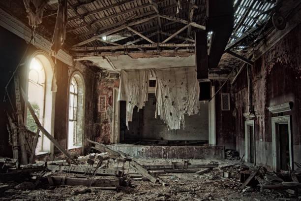 放棄された腐った台無し劇場、ボロボロになったカーテン - 遺跡 ストックフォトと画像