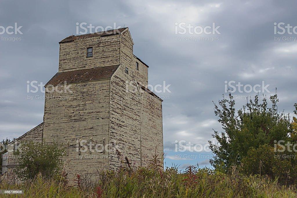 Ascensor de madera viejo abandonado en gris oscuro nublado cielo. - foto de stock