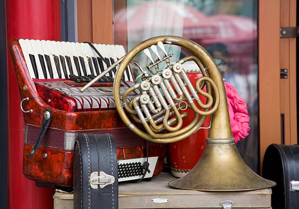old akkordeon und french horn - klavier verkaufen stock-fotos und bilder