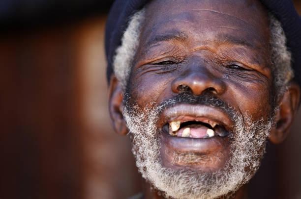 alte afrikanische lachen - zahnlücke stock-fotos und bilder