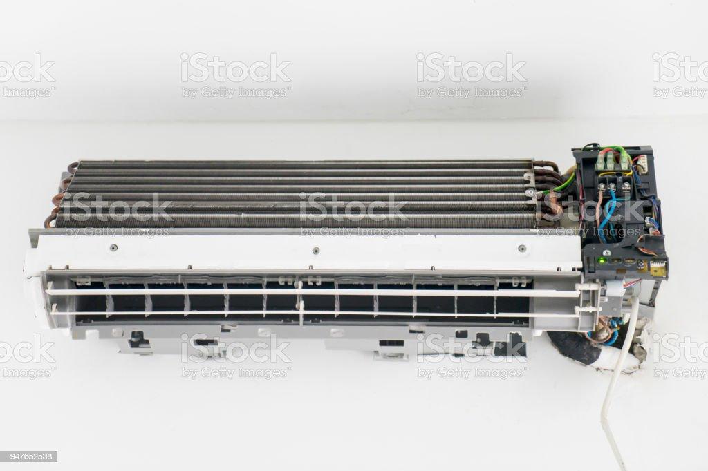 Alte Klimaanlage Mit Gebrochenen Elektrische Verdrahtung Stock ...