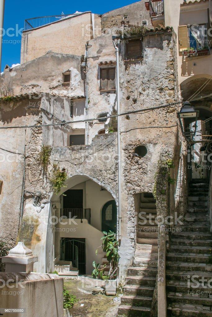 Old alley of Sperlonga medieval city in Lazio - Foto stock royalty-free di Acciottolato
