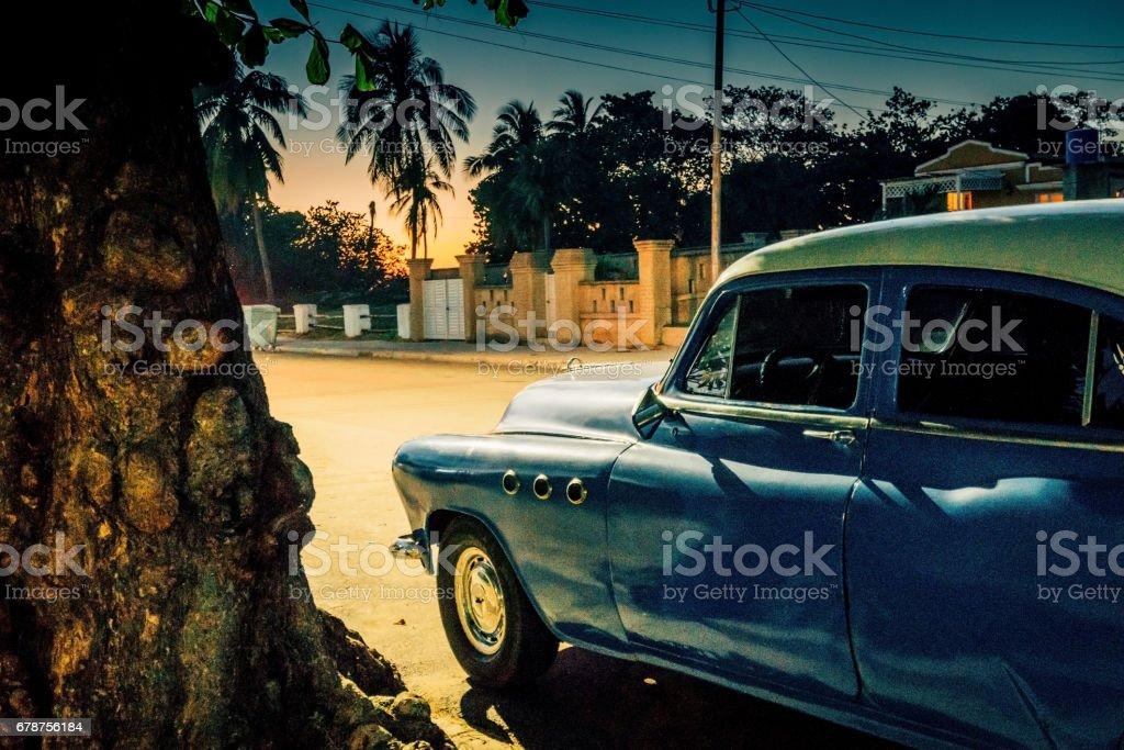 Old American car on street at dusk, Varadero, Cuba photo libre de droits