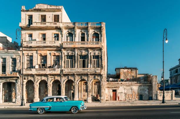 Alte amerikanische Auto beschleunigt entlang des Malecon in Havanna, Kuba – Foto