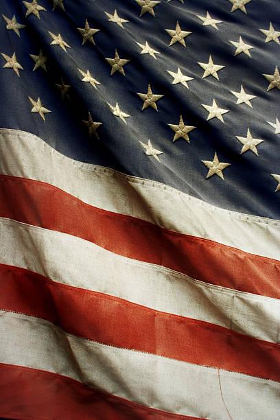 old american flag - slechte staat stockfoto's en -beelden