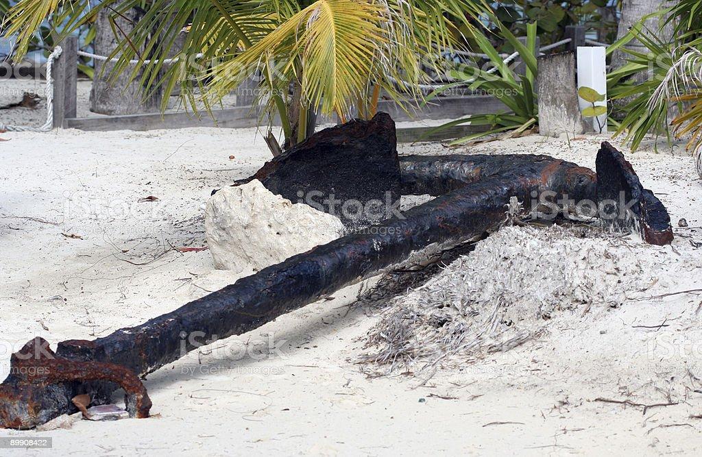 Старый Anchor на пляже Стоковые фото Стоковая фотография