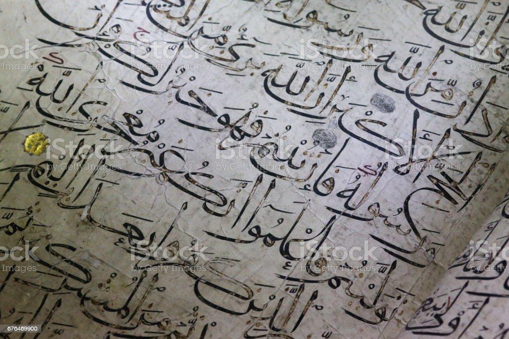 Caligrafia árabe antiga velha Corão palavras escritas em papel branco - foto de acervo