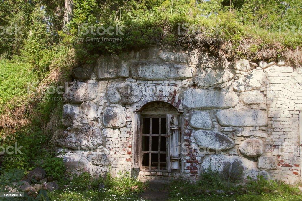 Eski eski mağara yeraltı taş ev. stok fotoğrafı