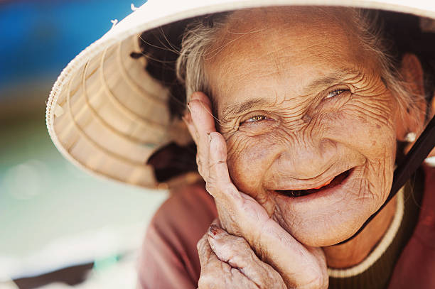 alten und schönen lächelnd senior frau. - zahnlücke stock-fotos und bilder