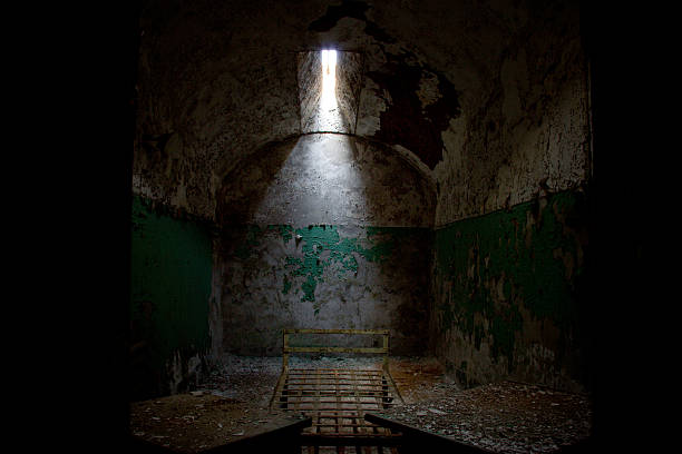 Viejo oscuro abandonado celda de cárcel - foto de stock