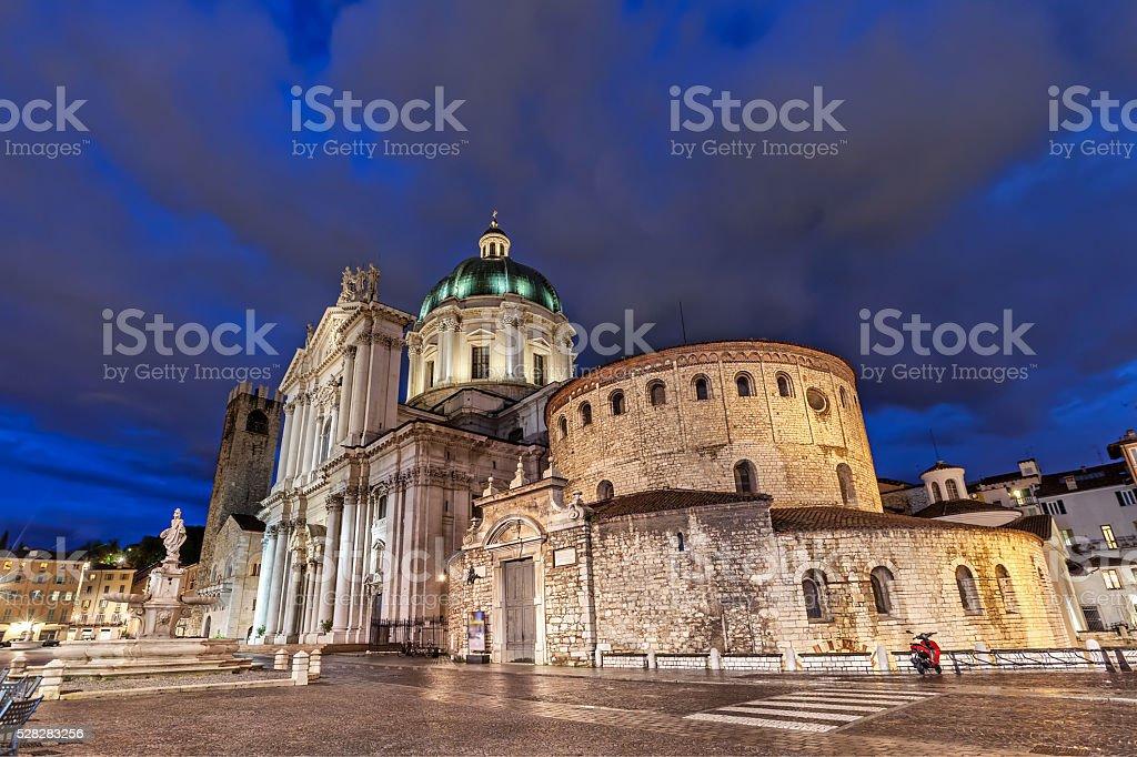 Vecchio e il Duomo Nuovo di Brescia la sera - foto stock