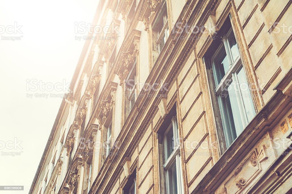 old and wonderful facade with big sunlight on the left – Foto