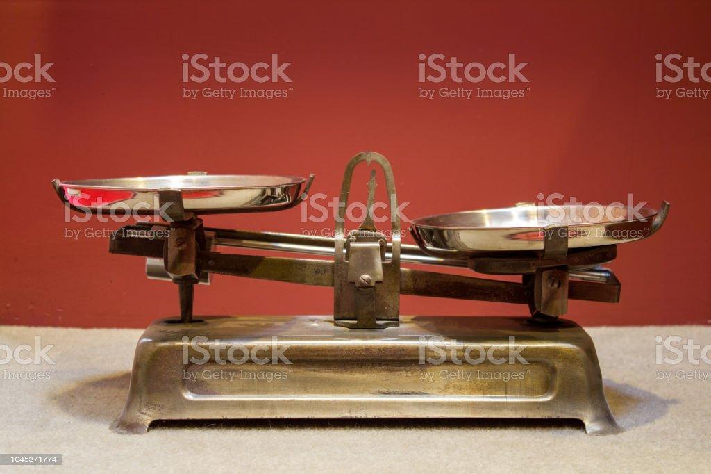 Antigua Balanzas de hierro antiguo - foto de stock