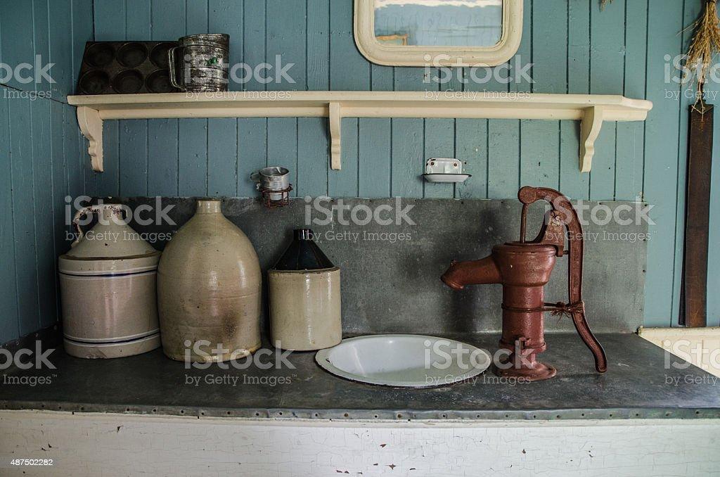 Foto De Velho Antigo Balcao De Cozinha Com Velho Jugs E Da Bomba De Agua E Mais Fotos De Stock De 2015 Istock
