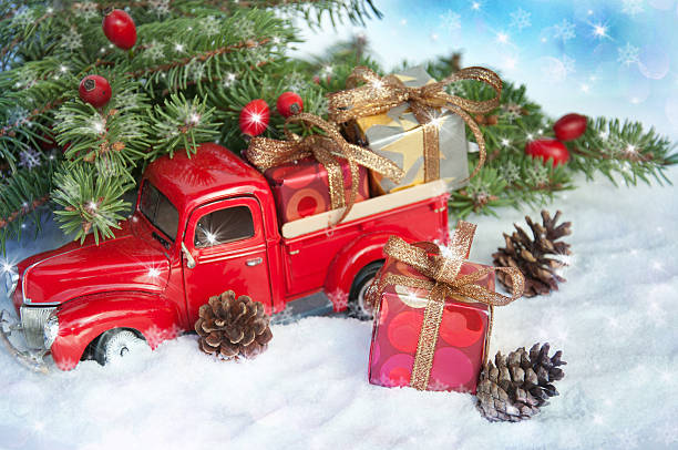 alt antikes spielzeug lkw-transport einem weihnachts-geschenk-box. - alte wagen stock-fotos und bilder