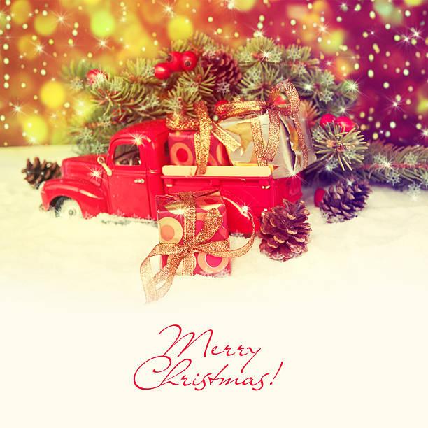 alt antikes spielzeug lkw-transport einem weihnachts-geschenk-box. - alte weihnachtsbäume stock-fotos und bilder