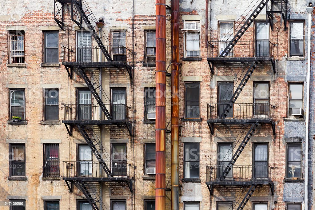 old apartment buildings in new york city クイーンズ地区のストック