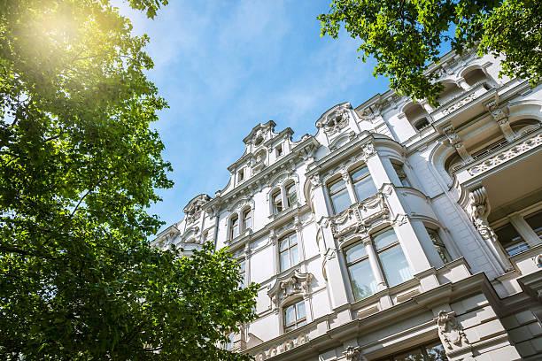 alte apartment-haus in berlin - altbauten stock-fotos und bilder
