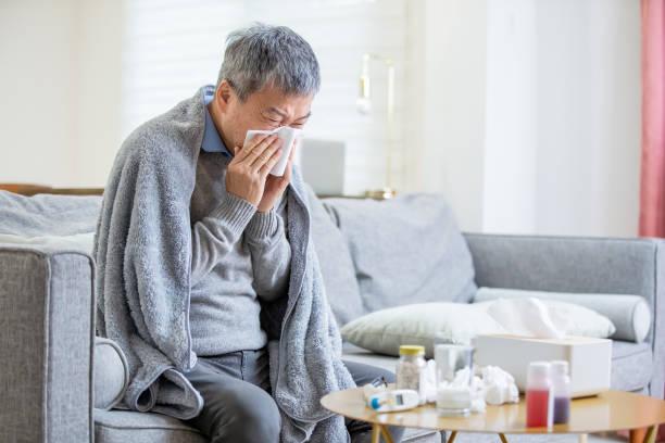 年老いたアジア人男性が風邪をひく - くしゃみ 日本人 ストックフォトと画像