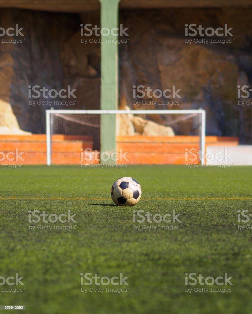 Bola velha em frente a um objetivo do futebol, pronto para ser filmado - foto de acervo